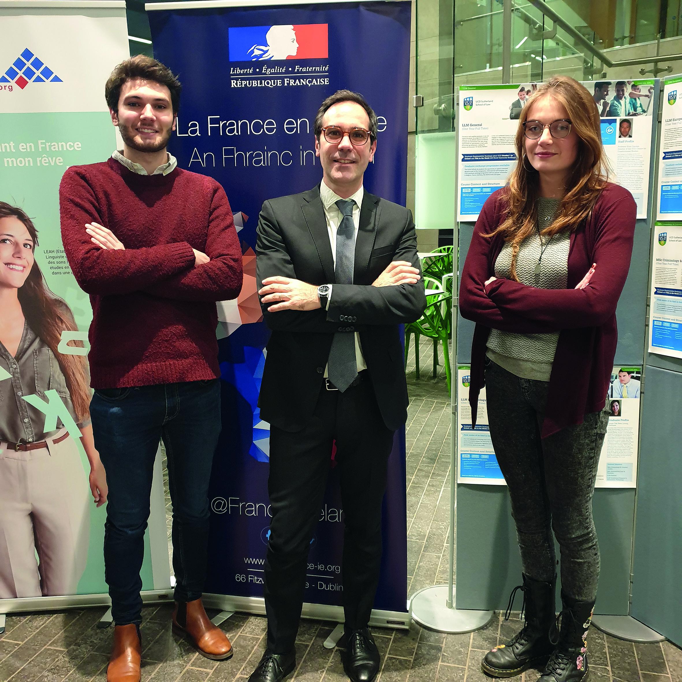 Cérémonie d'anniversaire des 20 ans des programmes français à l'University College of Dublin - Hervé de Gaudemar, doyen de la faculté de droit entouré de deux étudiants de master